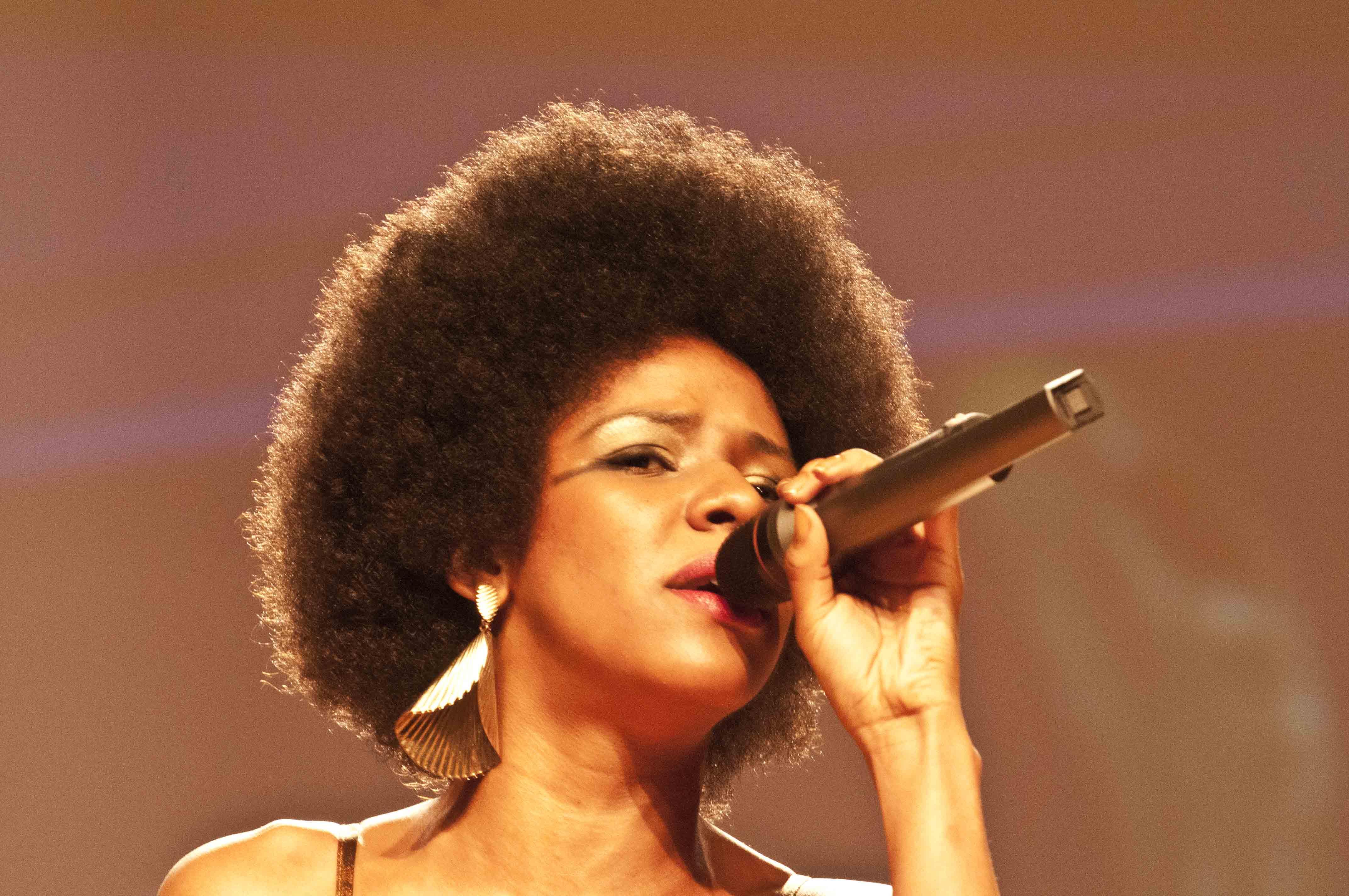 Photo of Direto do seriado Antônia, apresentação da cantora e atroz Cindy Mendes na na 1ª edição do Prêmio PapoMix da Diversidade