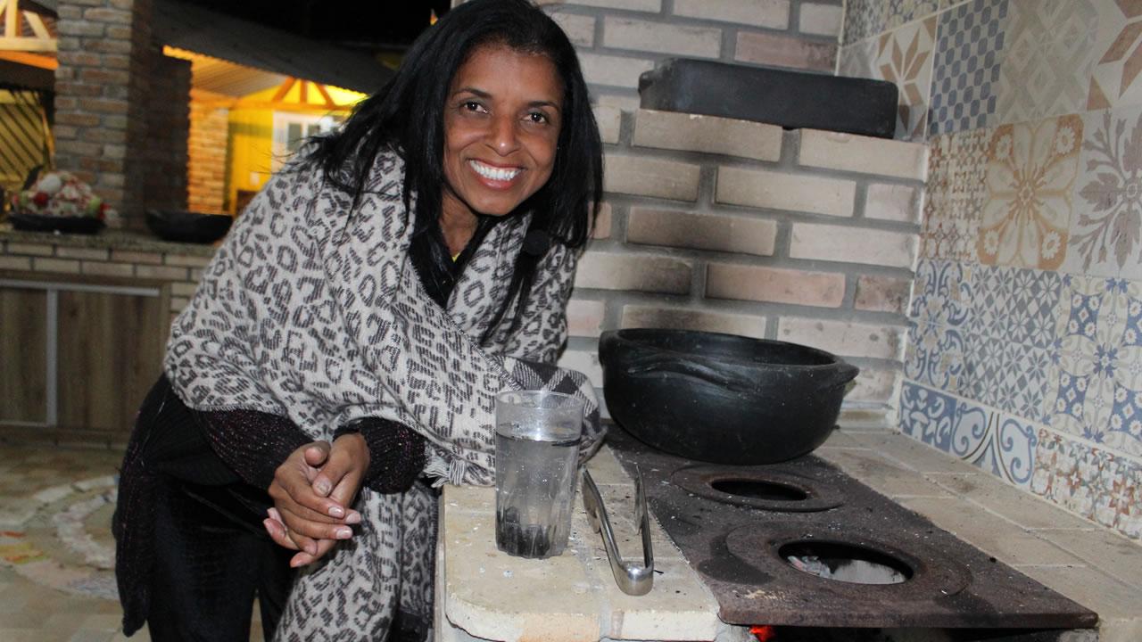 Photo of Vidente Vandinha lopes ensina fazer uma benzimento no fogão a lenha