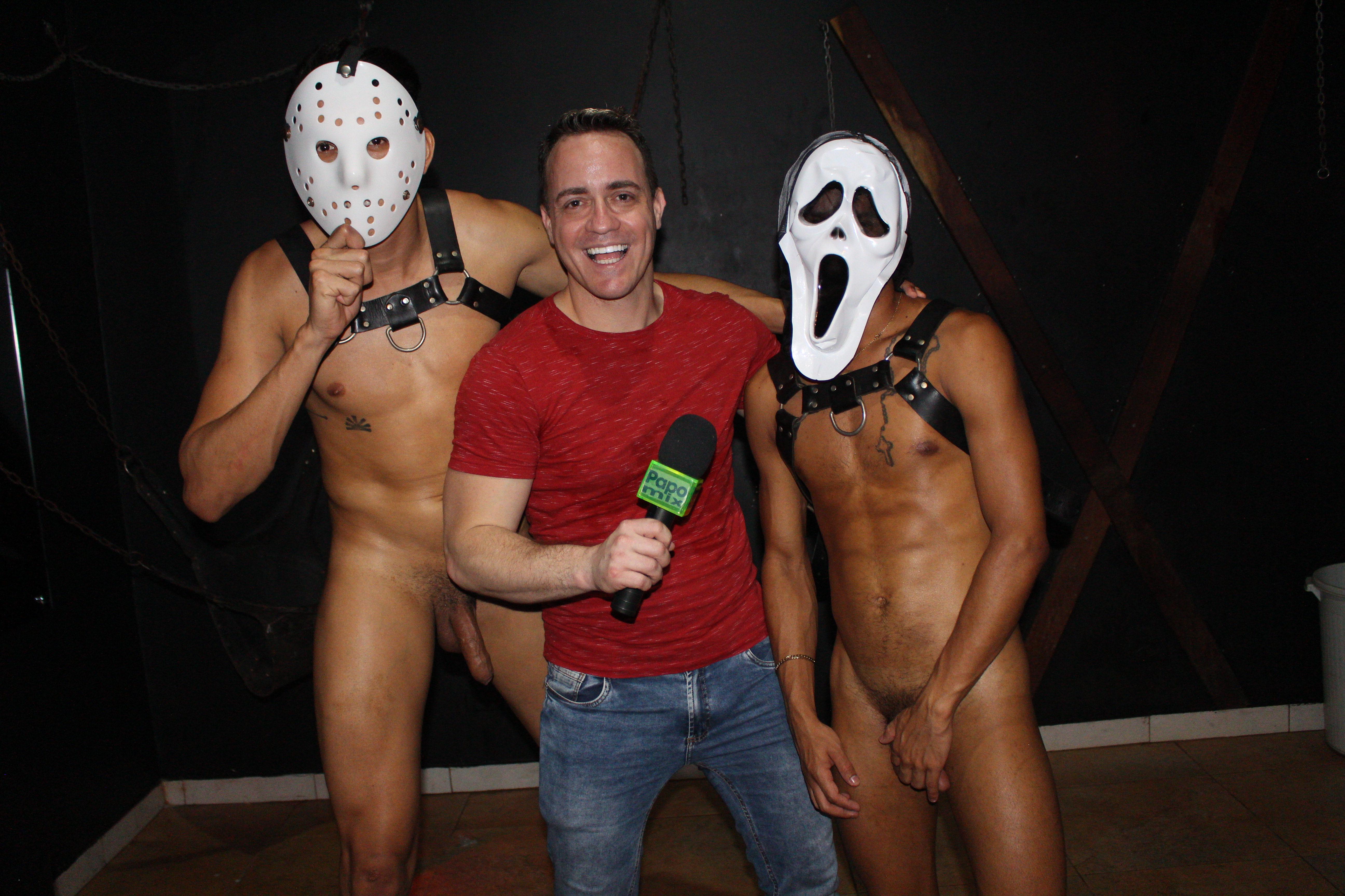 Photo of Em Clima de Halloween, pornstar Neto Silva e Marcello Moreno fazendo muitas travessuras durante entrevista para o PapoMix no Clube dos Pauzudos